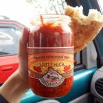 ljutenica konzumace v autě s pečivem / veganské jídlo na cesty