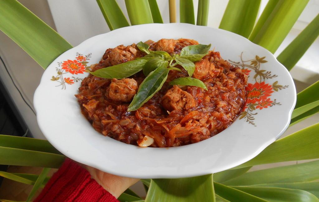veganský segedínský guláš s hnědou rýží