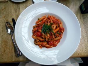 penne s rajčaty v portofino / hotel estrel