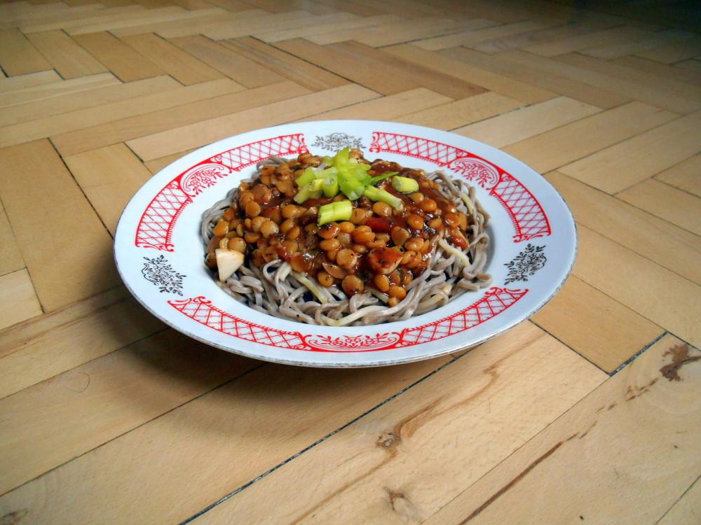 sojové nudle soba s omáčkou na špagety