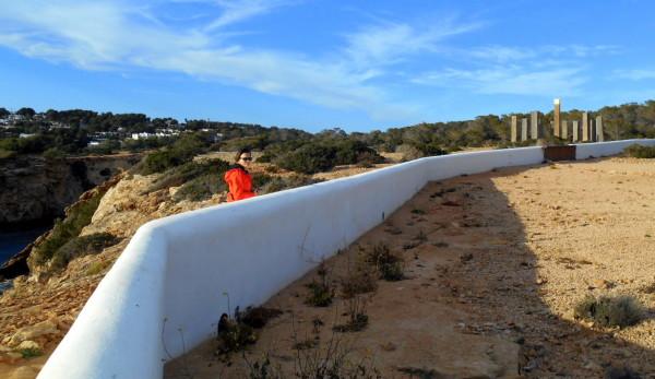 Sluneční hodiny zdálky, bílá zeď ohraničuje zahradu miliardáře., Ibiza, Sundial