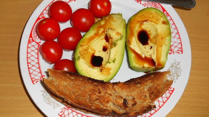 avokádo se sojovkou, opečený rohlík / vegan recepty