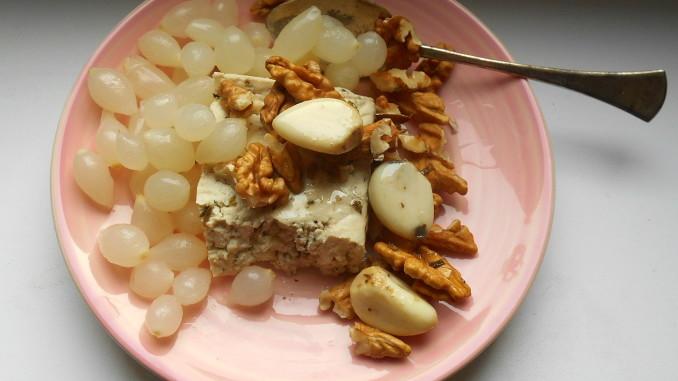 nakládaná cibulka, česnek, bazalkové tofu, vlašské ořechy, vegan recepty