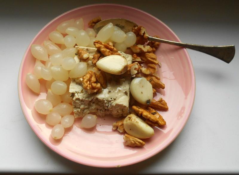 nakládaná cibulka, česnek, bazalkové tofu, vlašské ořechy, vegan