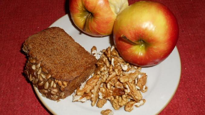 slunečnicový chléb, vlašské ořechy, jablka topaz / vegan