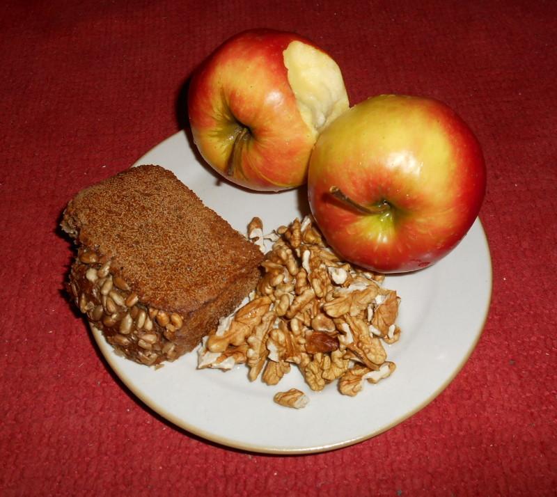 slunečnicový chléb, vlašské ořechy, jablka topaz