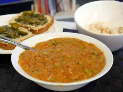 veganské-jídlo-ragú-kuskus-s-hráškem-chleb-s-hořčicí