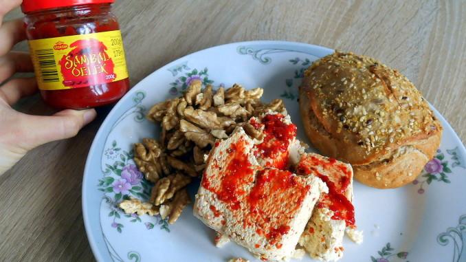 vlašské ořechy, tofu, sambal oelek, dalamánek, vegan