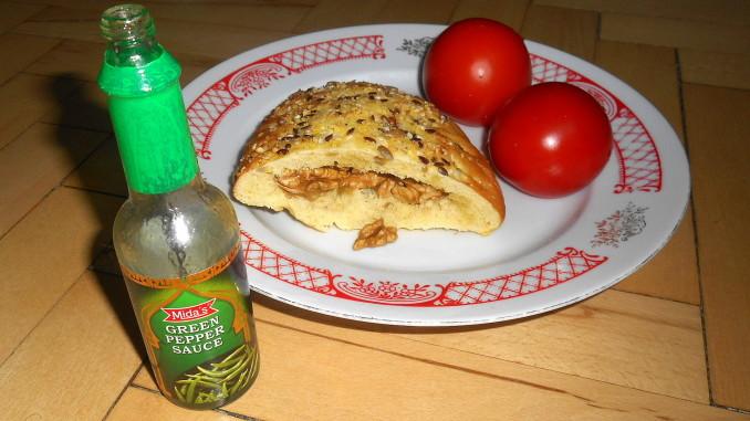 zelená chilli omáčka, vlašské ořechy, mexická placka z apliky, vegan